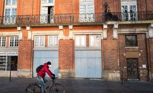Un cycliste à Toulouse pendant le confinement. Illustration.
