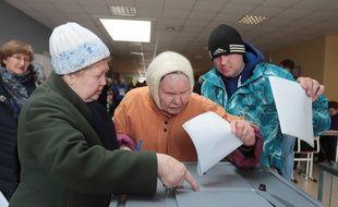 Des électeurs russes à Saint-Pétersbourg, ce dimanche.