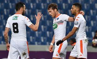 Le milieu de terrain du FC Lorient Maxime Etuin (au centre) a été moqué par son propre club.