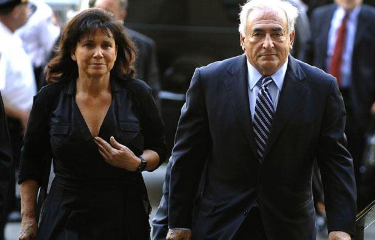 Anne Sinclair et Dominique Strauss-Kahn arrivent au tribunal de New York, mardi 23 août 2011, où le juge va prononcer l'abandon des charges contre l'ancien directeur du FMI – AFP / TIMOTHY A. CLARY
