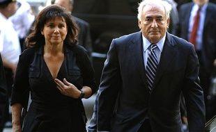 Anne Sinclair et Dominique Strauss-Kahn arrivent au tribunal de New York, mardi 23 août 2011, où le juge va prononcer l'abandon des charges contre l'ancien directeur du FMI