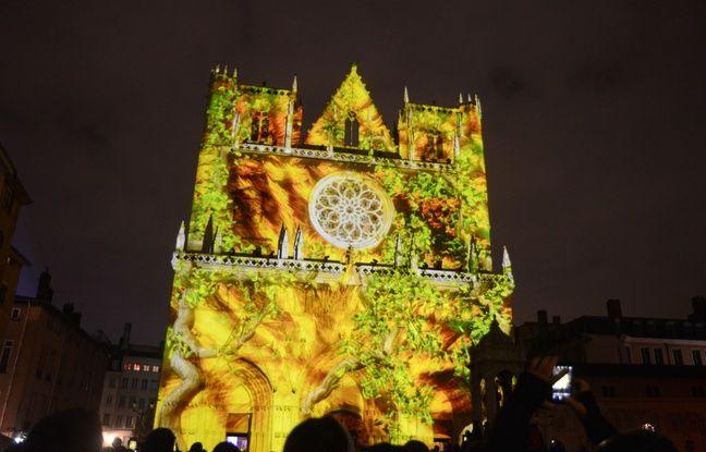 La cathédrale Saint-Jean lors de la fête des lumières de Lyon.