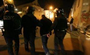 Les autorités et les élus tentaient mardi, par un renforcement de la mobilisation policière et des appels au calme, d'empêcher la propagation des violences de Villiers-le-Bel et du Val-d'Oise à d'autres départements.