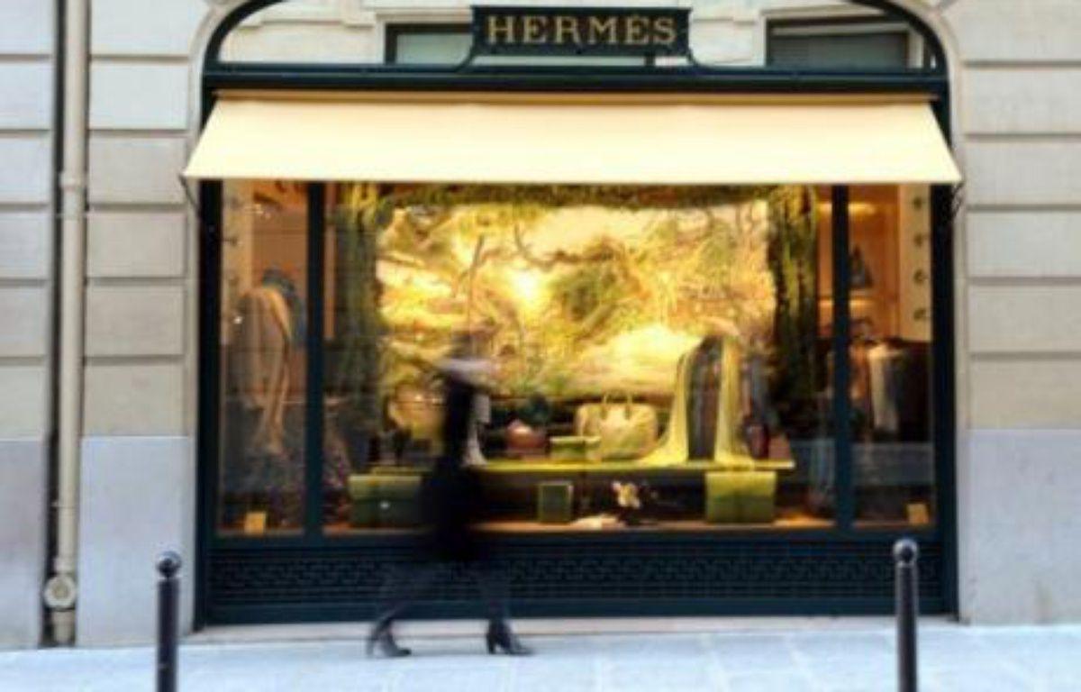 La famille Hermès et la direction du groupe demandent à l'homme d'affaires Bernard Arnault, patron de LVMH, de se retirer du capital de la maison de luxe, spécialisée dans la maroquinerie et les foulards de soie, selon un entretien de Bertrand Puech et Patrick Thomas mercredi dans le Figaro. – Miguel Medina AFP