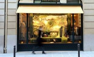 La famille Hermès et la direction du groupe demandent à l'homme d'affaires Bernard Arnault, patron de LVMH, de se retirer du capital de la maison de luxe, spécialisée dans la maroquinerie et les foulards de soie, selon un entretien de Bertrand Puech et Patrick Thomas mercredi dans le Figaro.