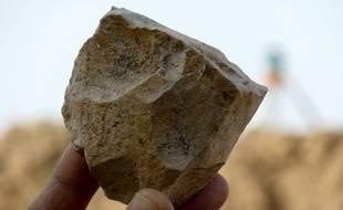Cet outil en pierre taillée découvert en Algérie remonte à 2,4 millions d'années.