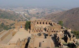 Arrivés à l'ancien monastère bouddhiste chevillé à la montagne, les moines se sont prosternés pour prier et ont fondu en larmes. Emus à en oublier où ils se trouvaient: aux portes des zones tribales pakistanaises, bastion fort peu touristique des talibans.