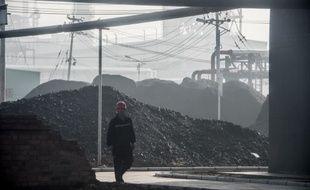 Un travailleur dans une usine de production de charbon liquide à Changzhi, dans la province chinoise du Shanxi, le 9 novembre 2015.