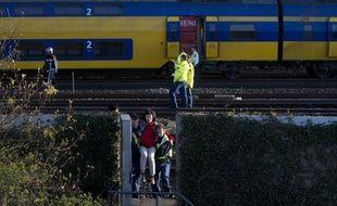 """Une soixantaine de personnes ont été blessées samedi, dont une vingtaine """"grièvement"""", dans une collision frontale entre deux trains dans la banlieue d'Amsterdam, a-t-on appris auprès de la police ferroviaire néerlandaise"""