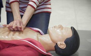 Un massage cardiaque (illustration).