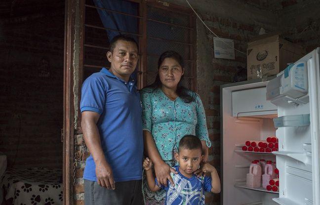 25 AVRIL 2018, COLOMBIE : Ximena Secue Martinez, victime de la guérilla colombienne, et sa famille. Elle a bénéficié d'une aide à la production pour commencer la fabrication et le commerce de yaourts artisanaux.