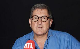 Yves Calvi n'a pas pu présenter sa matinale sur RTL ce lundi.