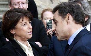 """Les 35 heures """"autoritaires et uniformes de Martine Aubry"""" ont été l'une des """"plus graves erreurs économiques commises dans notre pays"""", dénonce le président-candidat Nicolas Sarkozy dans un entretien à paraître dans le journal régional Le Progrès samedi, jour de sa visite à Lyon."""