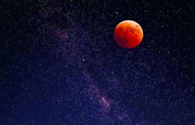 Vue d'une lune rouge depuis la terre