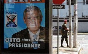 Le Guatemala choisit dimanche son président dans un duel du second tour opposant deux candidats de droite, l'ancien général Otto Perez Molina, favori des sondages, et le jeune homme d'affaires Manuel Baldizon, qui promettent sécurité et lutte contre la pauvreté.
