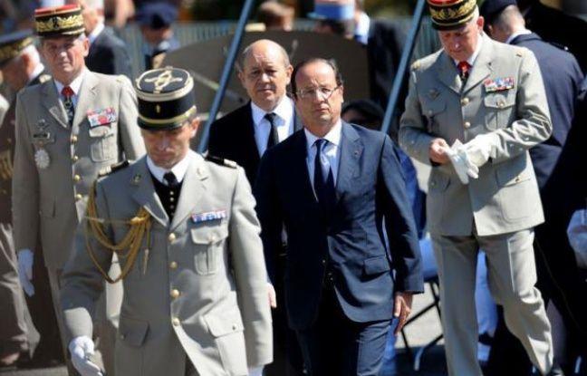 """Malmené par un sondage mitigé et les critiques acerbes de l'UMP qui l'accuse d'""""attentisme"""" dans le dossier syrien, François Hollande multiplie les initiatives - hôpital militaire en Jordanie ou visites sur le thème de la sécurité - pour montrer qu'il tient fermement la barre."""
