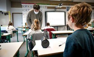 Un enseignant masqué dans une école élémentaire, le 12 mai 2020. (illustration)