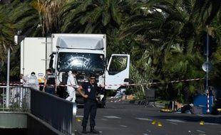Des forces de l'ordre le 15 juillet 2016 autour du camion utilisé dans l'attentat de Nice, sur la Promenade des Anglais à Nice la veille