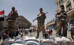 Des soldats yéménites ayant fait défection, devant une manifestation d'opposants au président Saleh, le 6 octobre 2011
