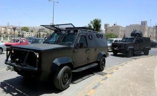 Patrouille de véhicules militaires jordaniens le 6 juin 2016 à Baqaa au nord d'Amman