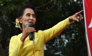 L'opposante Aung San Suu Kyi à Kawhmu dans la banlieue de Rangun en Birmanie, le 24 octobre 2015