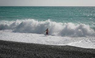 Un baigneur à Nice, le 23 janvier 2020.