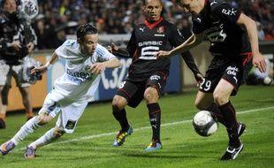 L'attaquant de l'OM, Mathieu Valbuena (en blanc) tente de s'échapper sur l'aile face à deux joueurs rennais, le 5 mai 2010 au stade Vélodrome.