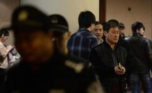 Des proches des passagers du MH370 dans l'attente d'informations le 16 mars 2014 à leur hôtel à Pékin