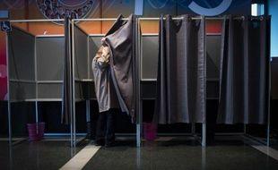 Un homme dans un isoloir lors du 2e tour des départementales, le 29 mars 2015 à Evry