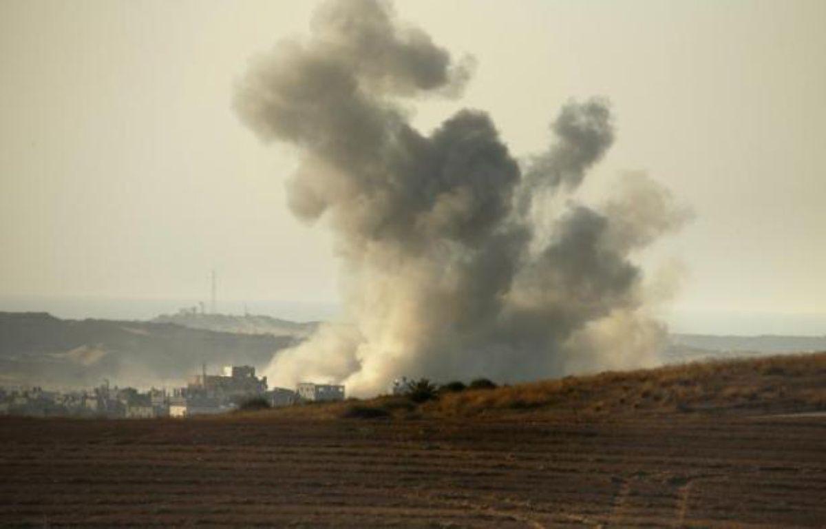 De la fumée s'échappe d'une maison à la frontière entre la bande de Gaza et Israël après une frappe israélienne, le 3 août 2014 – Thomas Coex AFP
