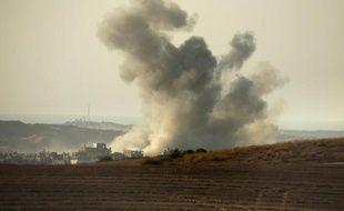 De la fumée s'échappe d'une maison à la frontière entre la bande de Gaza et Israël après une frappe israélienne, le 3 août 2014
