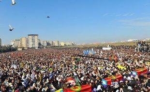 Des dizaines de milliers de personnes ont rendu jeudi sur une place de Diyarbakir (sud-est), principale ville kurde de Turquie, un ultime hommage aux trois militantes tuées la semaine dernière à Paris, des meurtres qui interviennent alors que les autorités turques ont entamé un dialogue avec le groupe rebelle du Parti des travailleurs du Kurdistan (PKK).