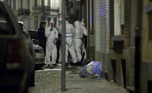 Des enquêteurs et policiers devant l'entrée de la mosquée chiite d'Anderlecht, à Bruxelles, après un incendie criminel, le 12 mars 2012
