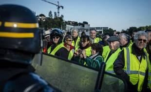 Des CRS face aux « gilets jaunes», le 17 novembre 2018.