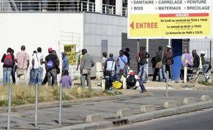 Chaque matin, des ouvriers patientent devant des magasins de bricolage, espérant une hypothétique embauche pour quelques dizaines d'euros