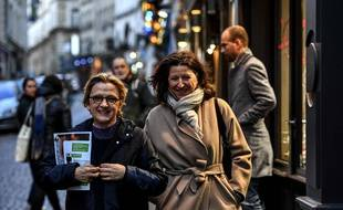 Agnès Buzyn (à droite) en compagnie de Florence Berthout, maire sortante du 5e arrondissement, dans les rues de Paris lundi 18 février.