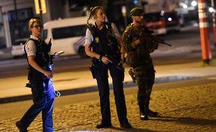 Des policiers déployés autour de la gare centrale de Bruxelles après un attentat raté, le 20 juin 2017.