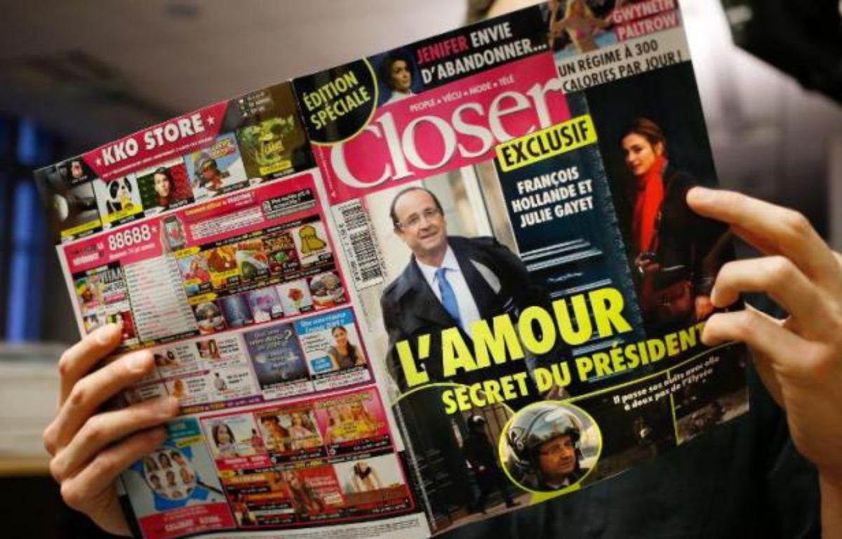 Un lecteur du magazine Closer, qui a rendu publique la relation entre François Hollande et Julie Gayet, le 10 janvier 2014 – Thomas Coex AFP