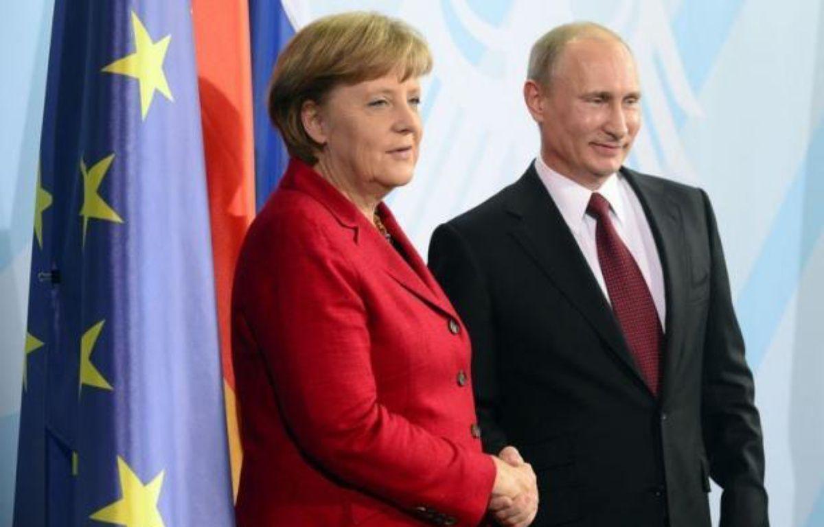 """La chancelière allemande Angela Merkel et le président russe Vladimir Poutine ont affiché leur unité vendredi à Berlin sur une """"solution politique"""" en Syrie où apparaissent des signes """"précurseurs"""" de guerre civile, selon le dirigeant russe. – John Macdougall afp.com"""