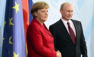 """La chancelière allemande Angela Merkel et le président russe Vladimir Poutine ont affiché leur unité vendredi à Berlin sur une """"solution politique"""" en Syrie où apparaissent des signes """"précurseurs"""" de guerre civile, selon le dirigeant russe."""