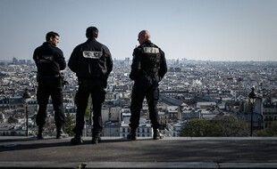 Des policiers patrouillent à Montmartre à Paris lors du premier confinement en avril 2020 (Illustration).