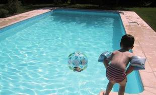 Dans une piscine privée. (illustration)
