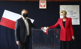 Le président polonais et candidat à sa réélection Andrzej Duda et son épouse ont voté dimanche 12 juillet pour les élections présidentielles à Cracovid, en Pologne.