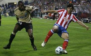 Ronald Zubar face à Kun Aguero lors du Madrid Atletico-OM (2-1) le 1er octobre 2008