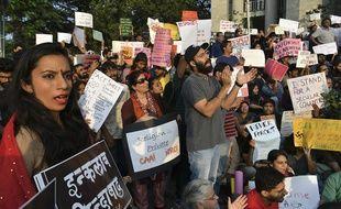Les manifestants tiennent des pancartes lors d'une manifestation organisée contre la nouvelle loi indienne sur la citoyenneté à la mairie de Bangalore le 22 décembre 2019.