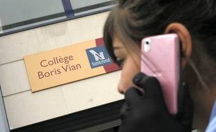 Une collégienne passe un appel devant son établissement à Lille.