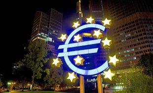 Le logo de l'euro devant le siège de la BCE à Francfort (Allemagne).