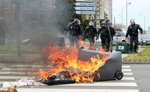 Les forces de l'ordre viennent libérer un carrefour à Rennes, ici lors de la manifestation contre la loi Travail le 21 avril 2016.
