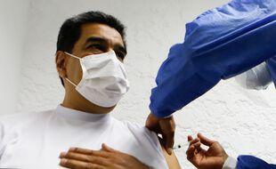 Nicolas Maduro se fait vacciner avec un Sputnik 5, le 6 mars 2021.