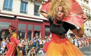 Pour la première fois, la parade, codirigée par Mourad Merzouki (en bas à droite) lance la 15e Biennale de la danse.Quatre mille danseurs, amateurs pour la plupart, ont participé dimanche après-midi au défilé.